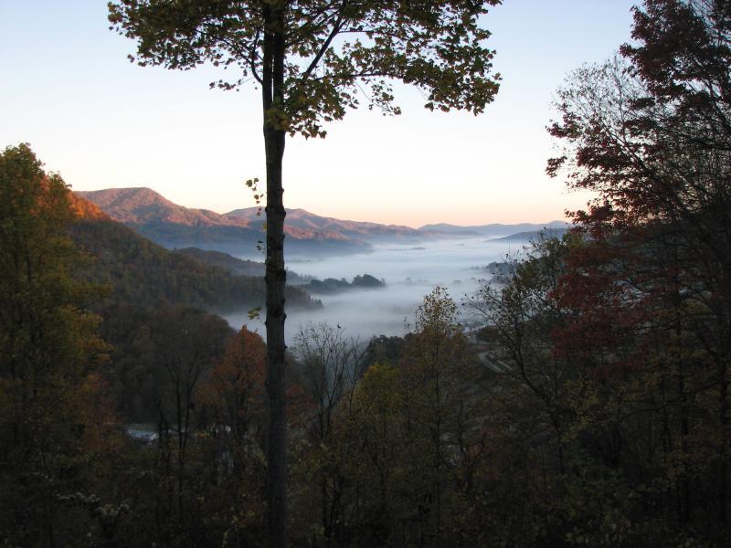 Usted está por encima de la capa de niebla que se asienta en el valle de la mañana