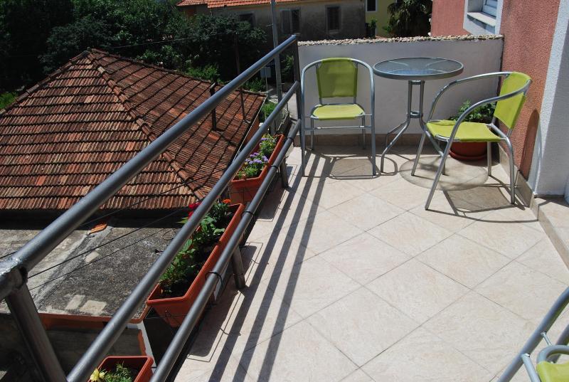 Studio with balcony in Dalmatia, aluguéis de temporada em Sukosan