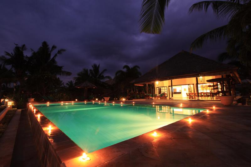 Villa and swimmingpool by night