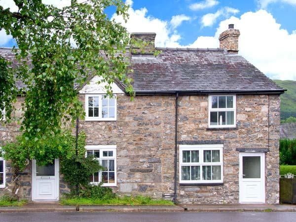 TY BACH COTTAGE, pet-friendly, romantic retreat with woodburner, garden, close, holiday rental in Llanwddyn