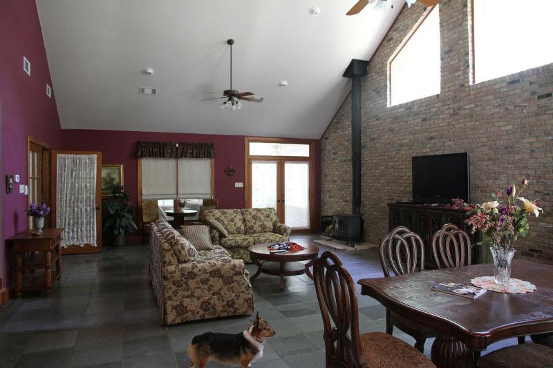 Guest House interieur woonkamer - New Orleans stijl leisteen vloeren, groot scherm TV, plafondventilatoren