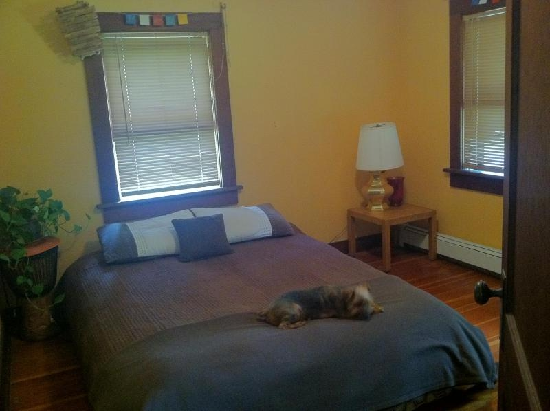 Golden Bedroom - Queen Bed