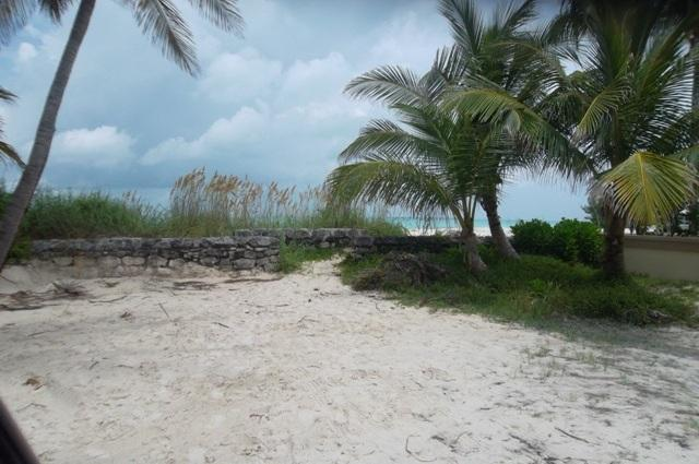 Greenway to Treasure Cay Beach / East. Less than 5 minutes walking distance from house