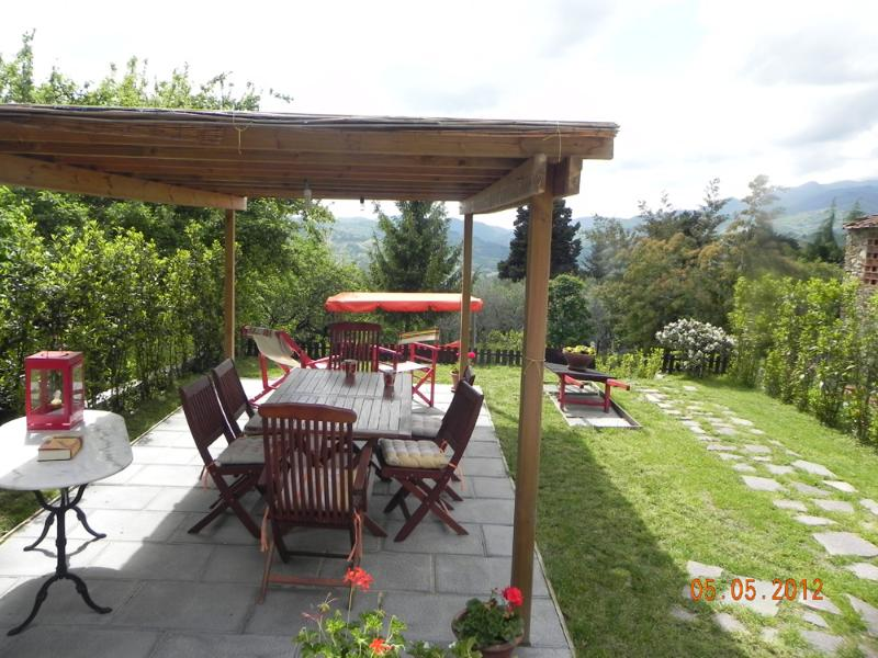 Large portion of farmhouse on the hills of Lucca.WIFI.Garden.panoramic.jacuzzi., holiday rental in Gugliano