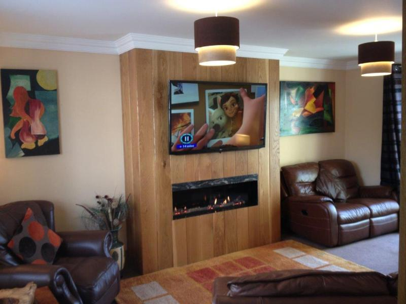 Large lounge with 3D Flat Screen TV, Sky+ and Love Film - Unlimited Broadband for your use