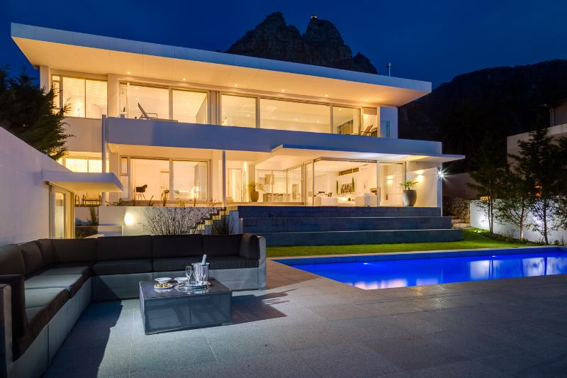 Ultra Stylish Sea View Villa Maxima - 6 beds, location de vacances à Camps Bay