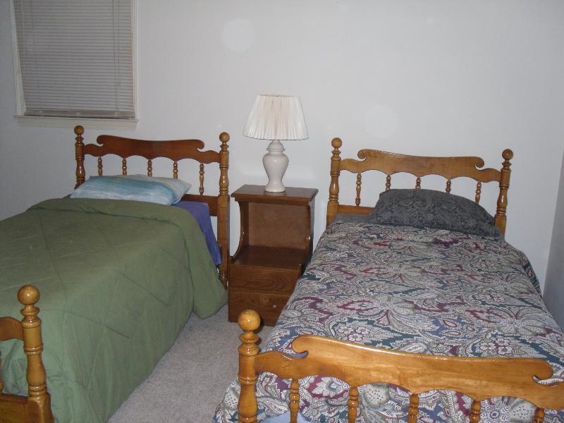 Hintere Ecke Schlafzimmer mit zwei Einzelbetten