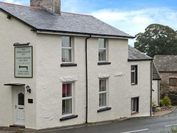 FERNLEIGH COTTAGE, end-terrace, woodburner, Jacuzzi bath, 3D TV, next to a pub, holiday rental in Allithwaite