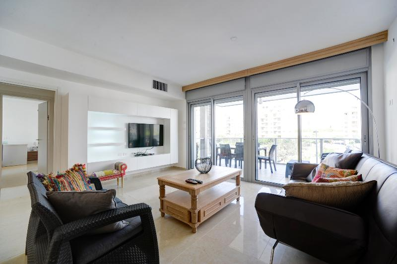 New Luxury 4 Rooms Close to the Beach, vacation rental in Tel Aviv