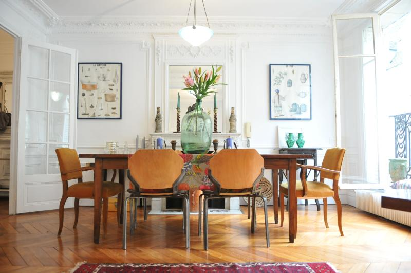 Airy, sunny, large luxury apartment in the very center of Paris that's also quiet!