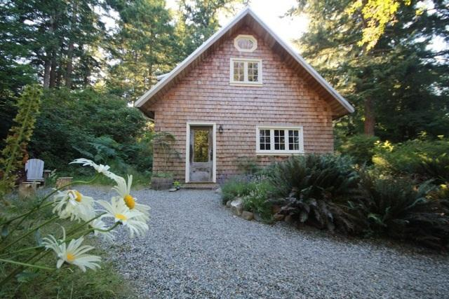 Perrywinkle Cottage - Bliss on Quadra Island!, holiday rental in Quathiaski Cove