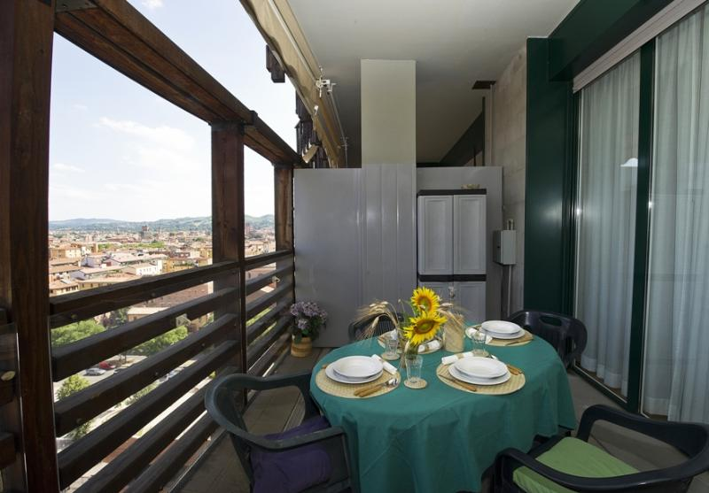 BOLOGNA SKYLINE – Central, near train station, garage, terrace-breathtaking view, location de vacances à Bologne