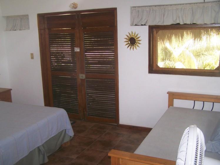 Dormitorio de la cabaña [1 doble & 1 individual]
