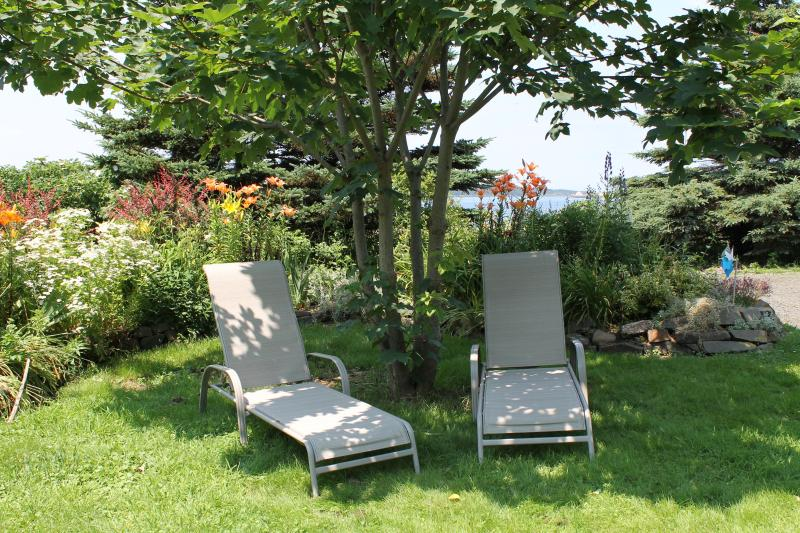 Brier View Cottage, steps from the Ocean, holiday rental in Mavillette
