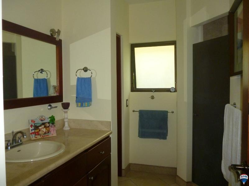 Baño principal con ducha grande