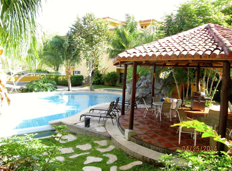 Well kept outdoor spaces - great place to relax after a day at the beach!