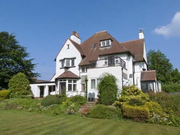 MERE CLOSE, pet-friendly, en-suite facilities, open fires, Jacuzzi bath, in, holiday rental in Mappleton