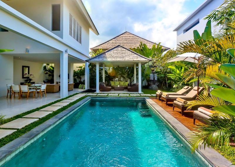 Tropical open plan luxury 2 bedroom with large gazebo, sun deck and pool