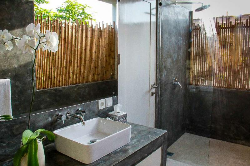 Master bedroom 2 ensuite bathroom