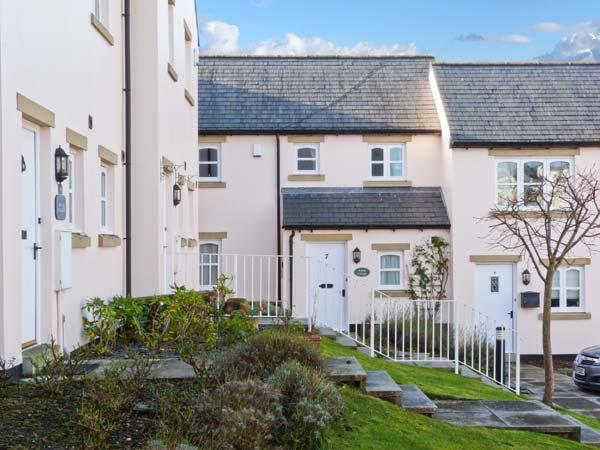 AMBER COTTAGE, mid-terrace, close to amenities, off road parking, patio garden, Ferienwohnung in Cartmel