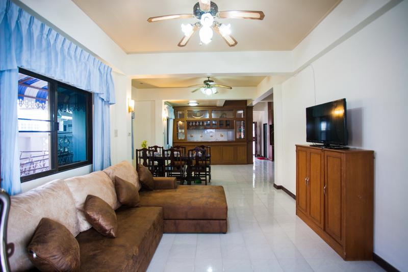 House 4 Bedroom Shared Swimming Pool, holiday rental in Patong
