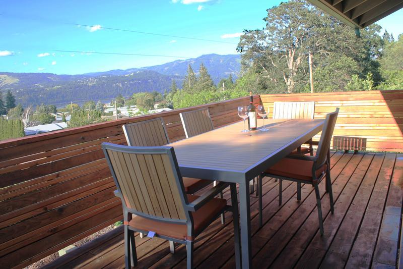 balcón de cedro largo de 32 pies con muebles cómodos