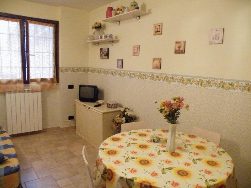yellow diningroom