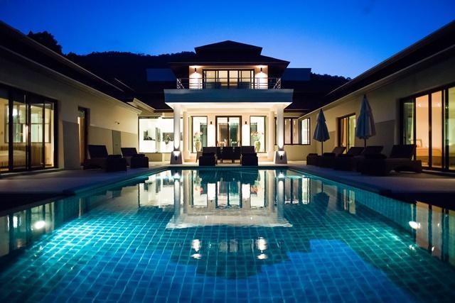 Vista della casa e piscina dal mare di notte