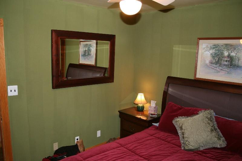 Hallway Bedroom - Queen Bed