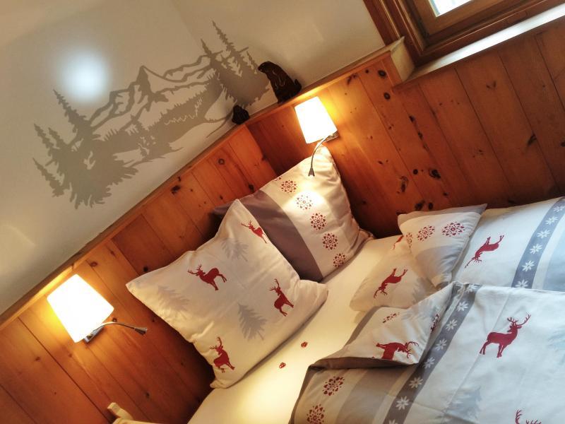Pinewood room in Engadine House, location de vacances à Ardez