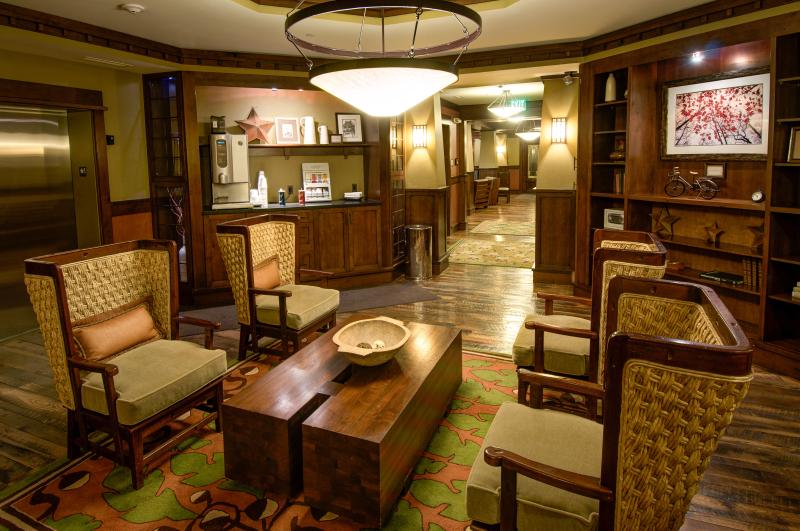 Foyer salle avec Starbucks café, chocolat chaud et café expresso [Épinglez-le]