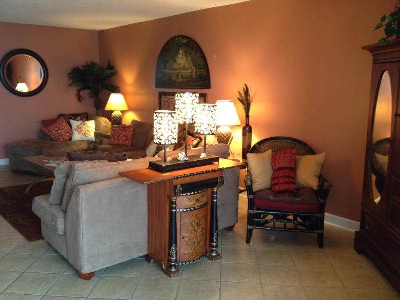 Open Floor Plan met een koningin en volledige slaper sofa's ook bieden ruime zithoek