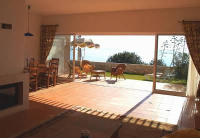 La salle de séjour avec portes coulissantes pleine longueur rend la terrasse dans le prolongement