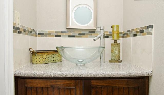 Medio baño abajo presenta bowl vanidad y diseñador