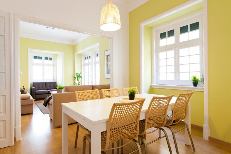 Salle à manger (Table ouverte + chaises supplémentaires)