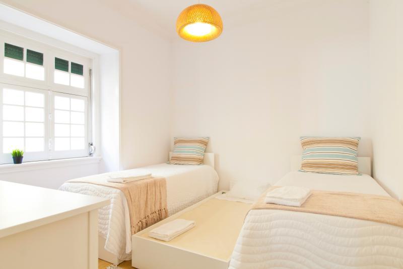 Chambre #1:: 2 lits simples et 1 lit simple plus sous un des lits (sommeil 2 + 1)