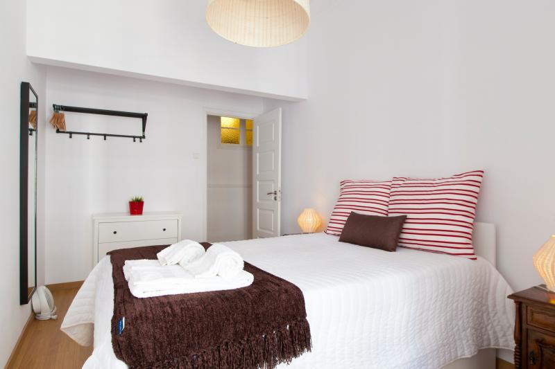 Chambre #2: 1 lit double + 1 lit sous le lit double (sommeil 2 + 1)