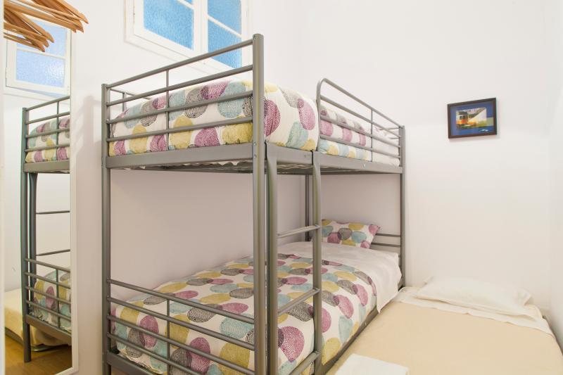 Chambre #5: 1 lit + 1 lit sous le lit superposé (sommeil 2 + 1)