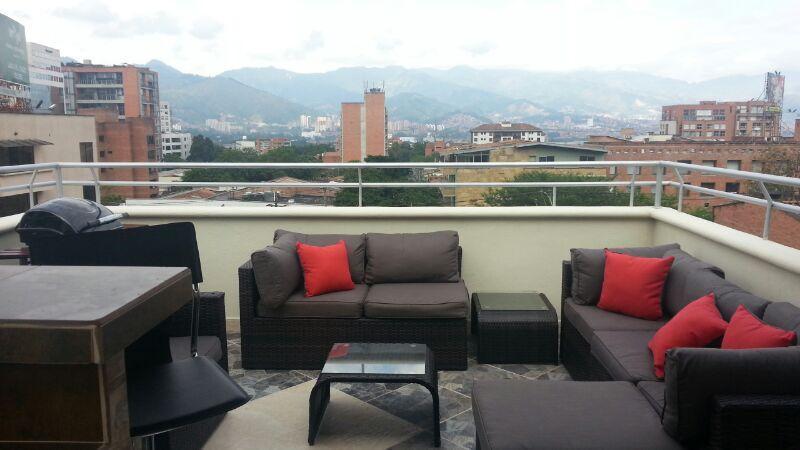 Top Floor Penthouse roof deck AC and Bar, location de vacances à Medellin