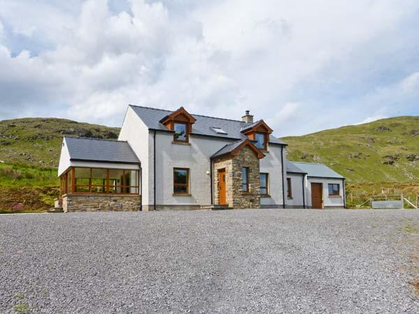 BLUE STACK HOUSE, detached cottage with stunning views, WiFi, en-suite and, vacation rental in Ardara