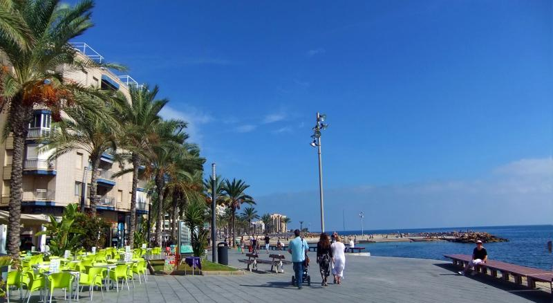 Torrevieja Town Seaside Holiday Apartment Let (building on sea front promenade), vacation rental in Torrevieja