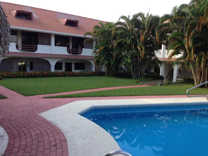 las palmeras pool/grounds