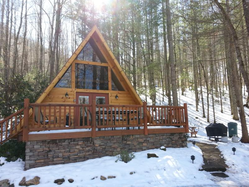 LITTLE COVE CABIN - COZY A-FRAME IN THE WOODS  (WIFI, HOT TUB, FIRE PIT, VIEWS)! – semesterbostad i North Carolina Mountains