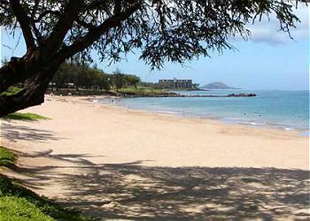 Kamaole II strand ligt recht tegenover het complex