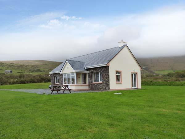 RONAN'S COTTAGE, detached cottage, all ground floor, open fire, parking, Ferienwohnung in Ballinskelligs