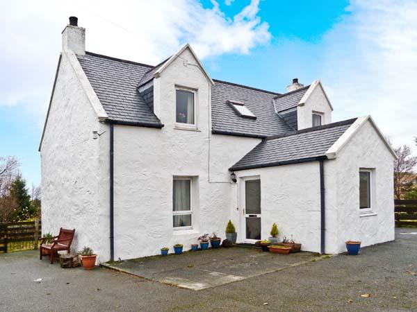 6 TOTESCORE, detached cottage, open fire, enclosed garden, mountain views, near, holiday rental in Waternish