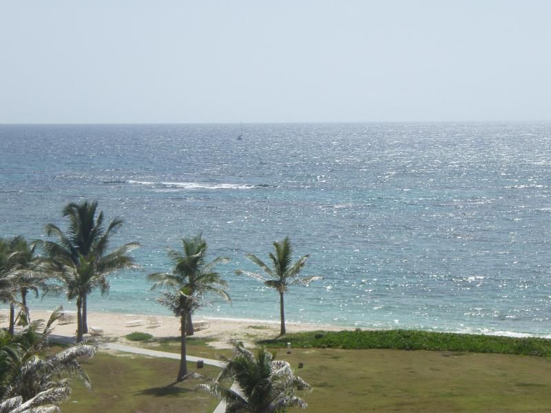 Beautiful 3 Bedroom Ocean view Condo, holiday rental in Philipsburg