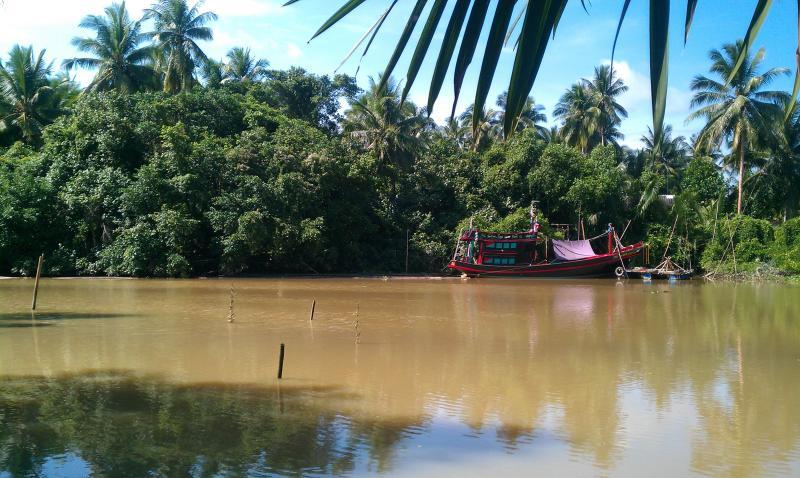 De rivier naast het huis.