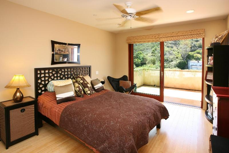 2 identical bedrooms w/ queen beds and very private ocean view decks