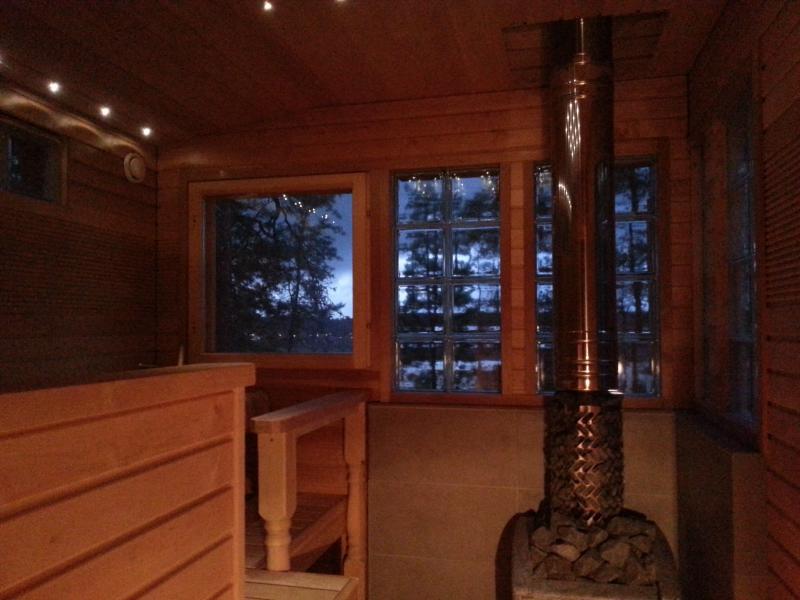 Le sauna avec un four sauna chauffage au bois. La vue sur le lac.
